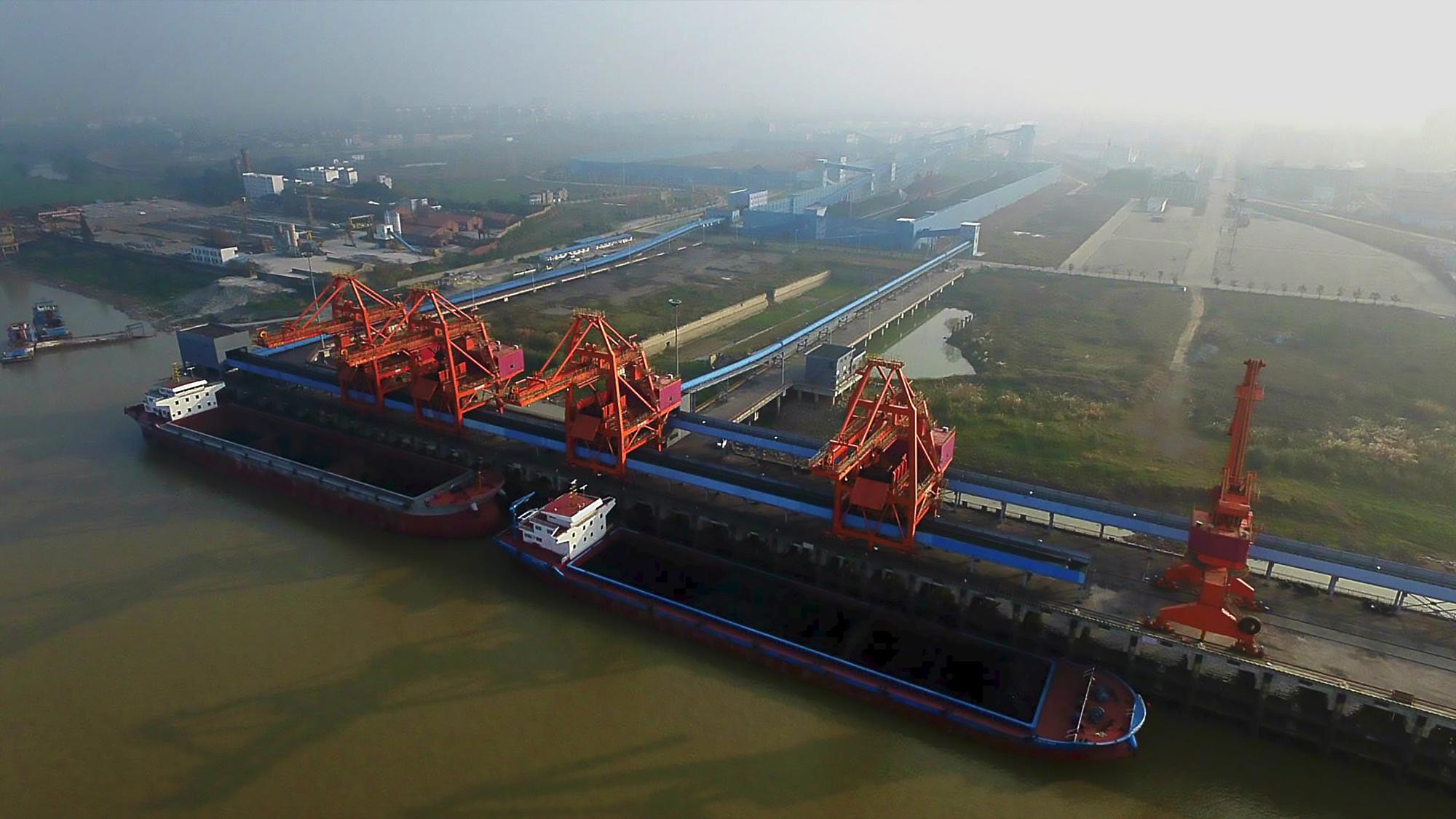 江西煤炭储备中心九江码头于2012年建成的一个煤炭专业码头。该项目设计煤炭中转量875万吨/年,-2017年1月正式投入运行。图为江西煤炭储备中心全景。.jpg